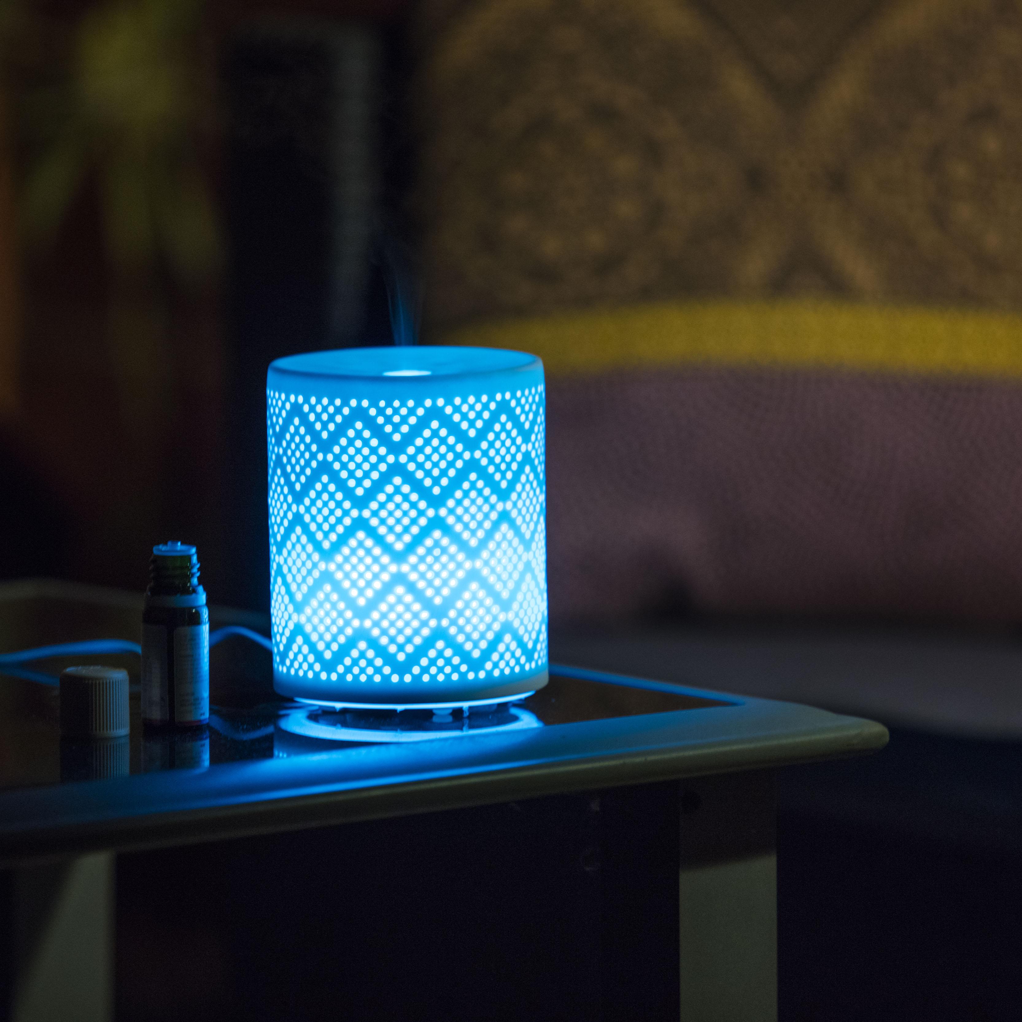 Le diffuseur Ceralia illuminé de lumière bleue